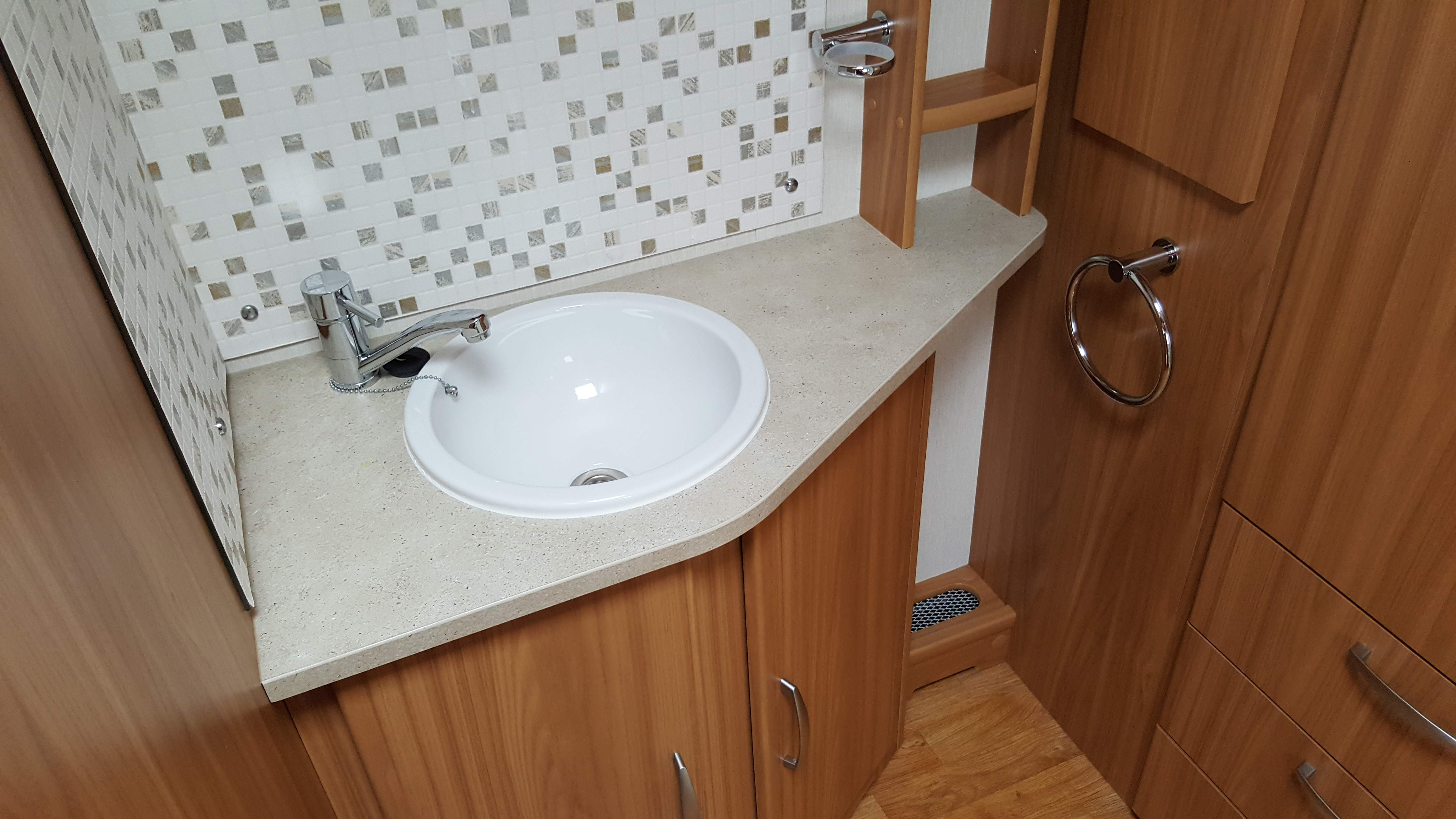 SUPERB 2010 Lunar Clubman ES 4 Berth Side Dinette End Washroom Caravan NOW REDUCED!!