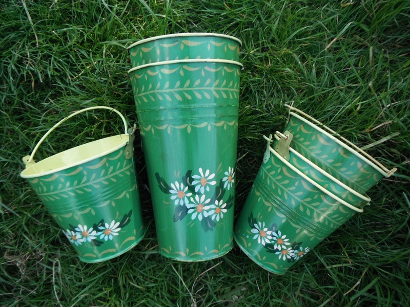 folk art tins green with daisies