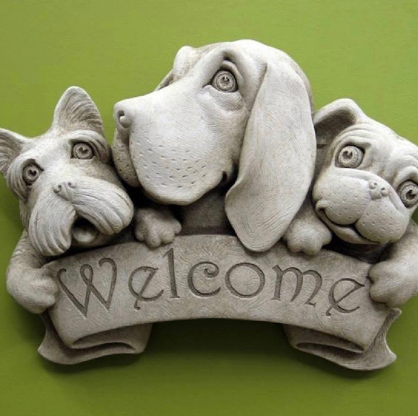 Welcome plaque with three dogs
