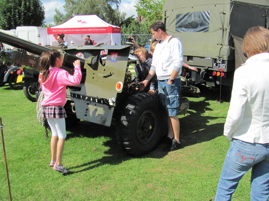 public 'having a go' on the 25 pounder field gun