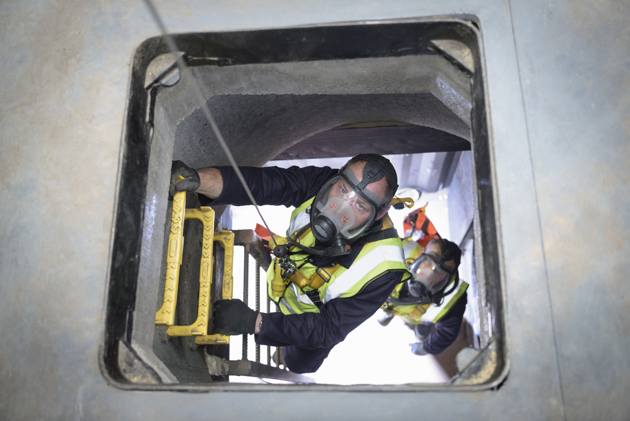apprentice-builders-training-in-confined-space-in-training-facilityjpg