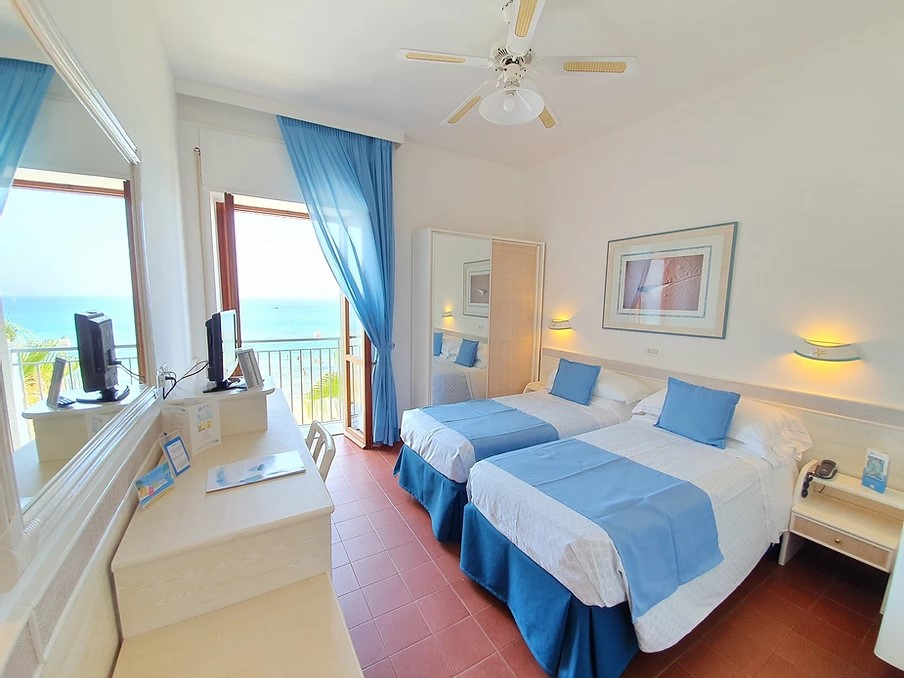 Double room with Juliet Balcony with sea view.