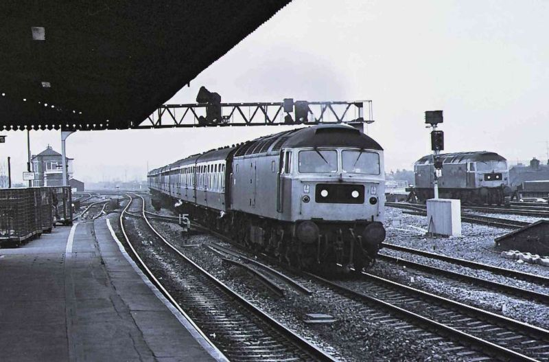 47105  heading through Reading - 07/11/81  (Cliff Jones)