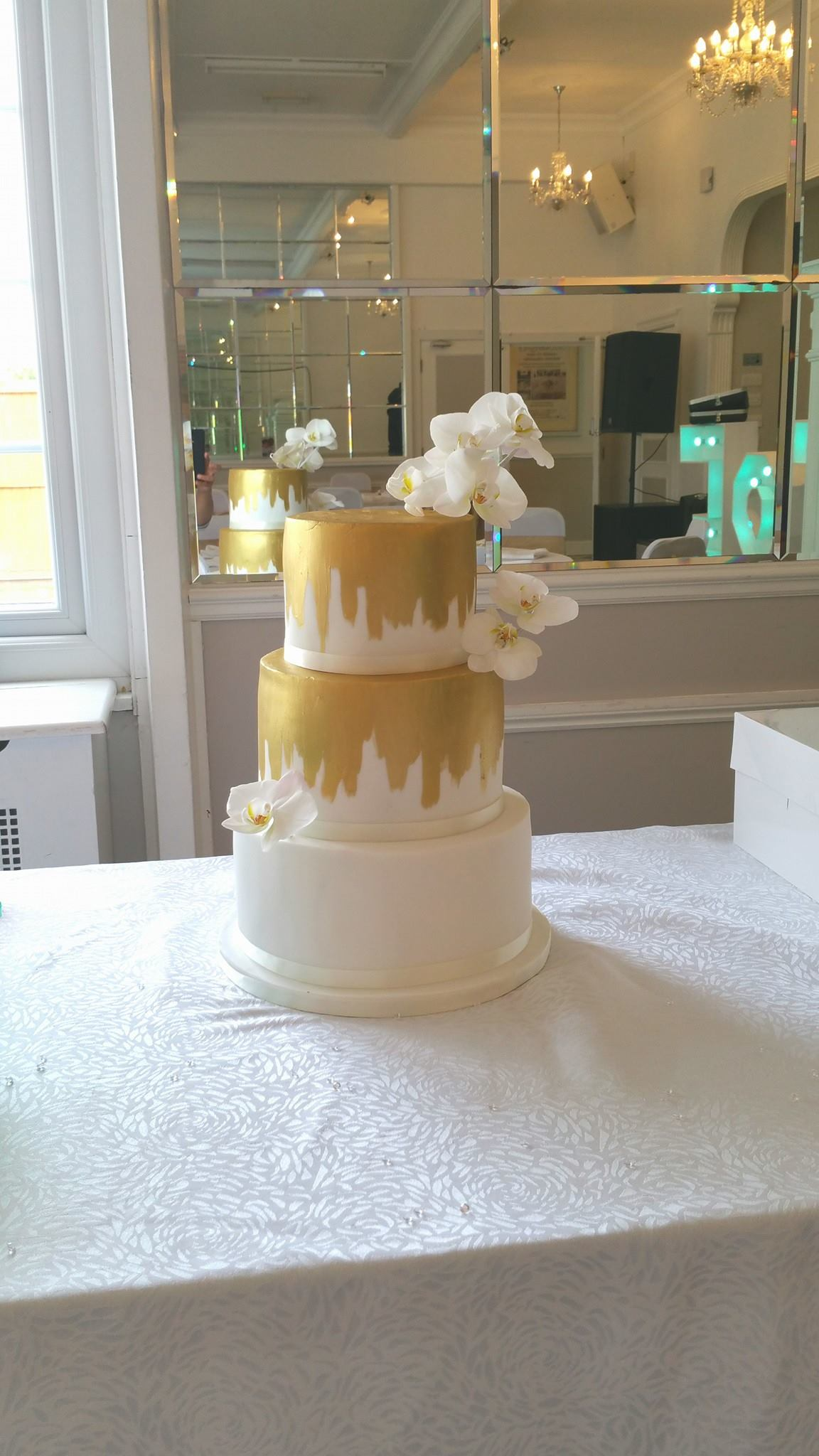 Should I let my mum/mother-in-law/friend make my wedding cake?