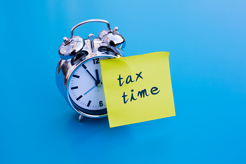 492538188-alarm-clock-with-note-tax-time.jpg