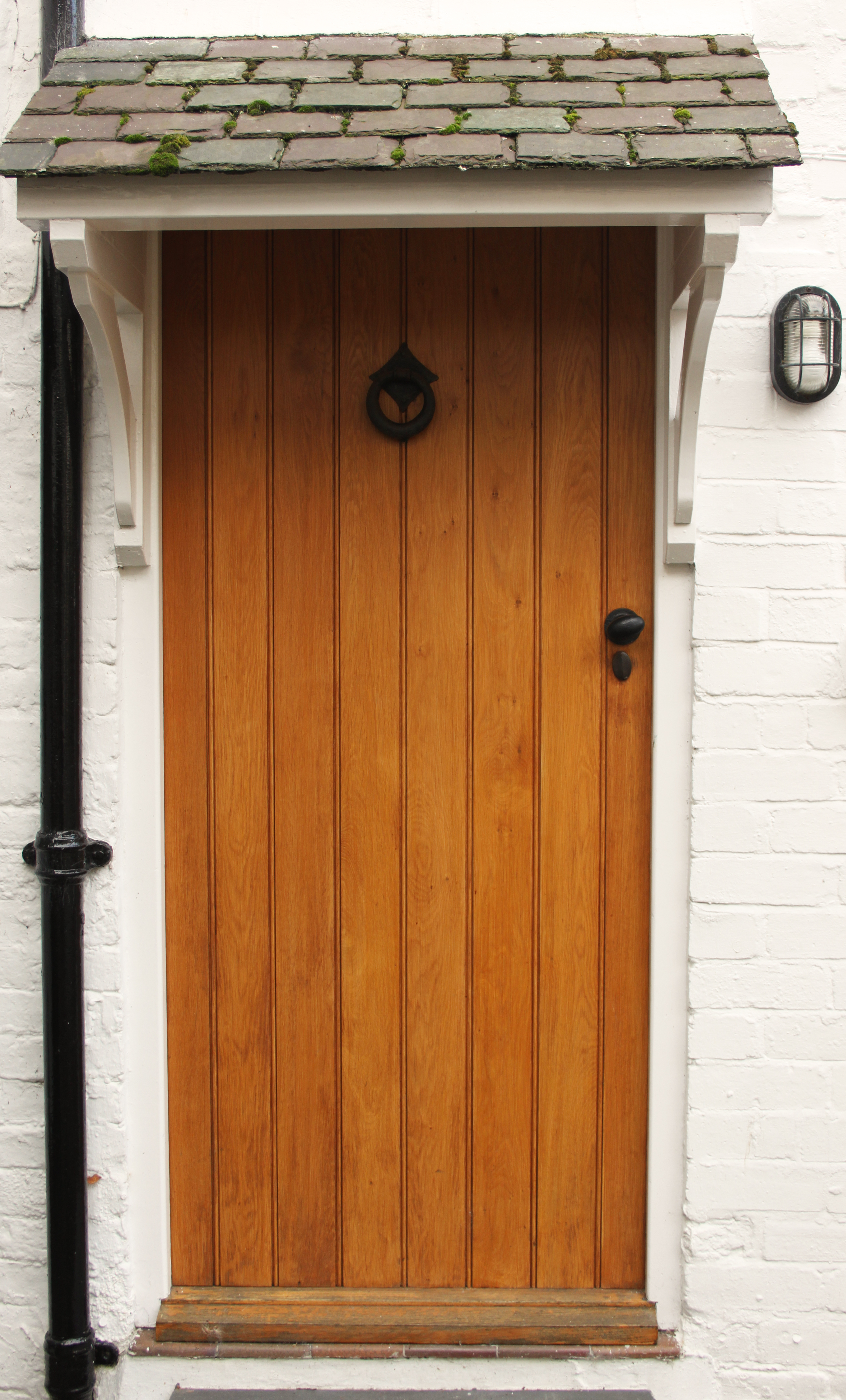 This charracter property has great curb appeal with a solid oak front door, made to measure